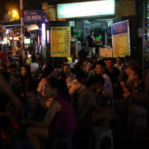 """Una parte de la """"esquina Bia Hoi"""" ya no tan llena de gente (era imposible sacar una foto cuando estaba a tope)"""