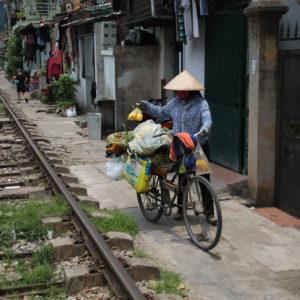 Ver que la gente hace vida al borde de las vías del tren también resultó chocante