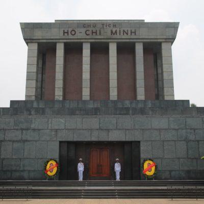 El mausoleo de Ho Chi Minh custodiado por dos militares
