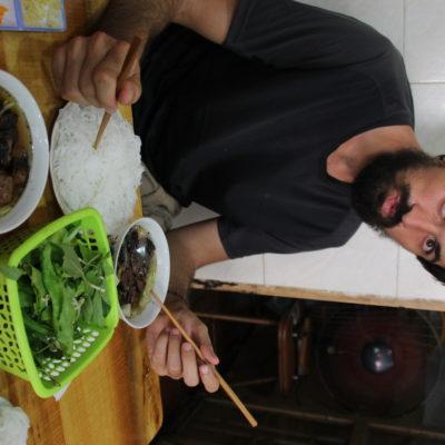 Nico con la sopa y noodles dispuesto a atacar