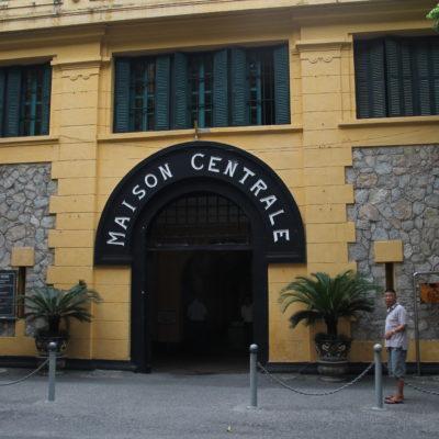 La entrada principal de la prisión de Hoa Lo