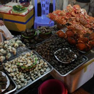 En las calles de alrededor había muchos sitios para comer, incluso marisco