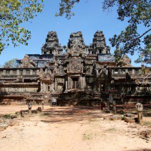 Y otros templos con imponentes fachadas casi completas