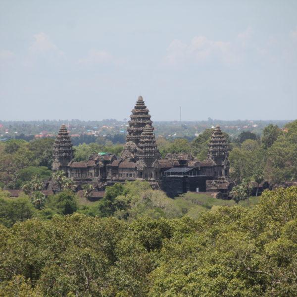 Lo único que nos gustó de las vistas de Phnom Bakeng (recomendado para el atardecer), fue esta visión de Angkor Wat, pero es totalmente opuesta a donde se esconde el sol