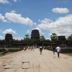 Las murallas exteriores de Angkor Wat están rodeadas de agua y protegen el templo y una gran zona verde