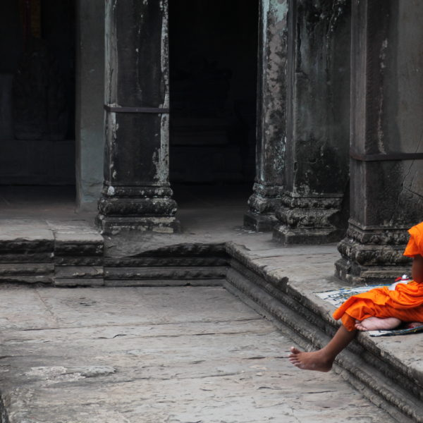 El contraste del naranja de los monjes y el gris de las piedras es algo que enamora