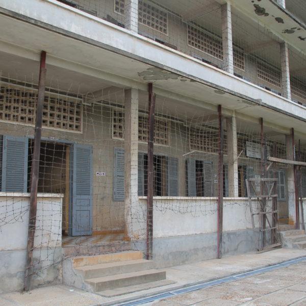 """Lo que al inicio fue una escuela durante la revolución jemer se convirtió en una prisión de esta guisa, con esta """"protección"""" para evitar suicidios"""