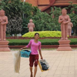 Esta mujer parecía estar viviendo en la calle, en los alrededores del templo