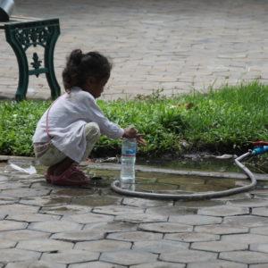 Aunque el barrio donde nosotros estábamos estaba muy bien, claramente no todos vivían igual, como esta niña que recogía agua de una manguera