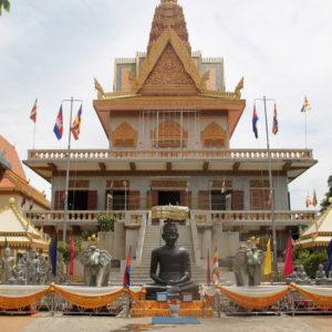 A pesar de no ser muy grande, Phnom Penh nos seguía sorprendiendo con sus templos