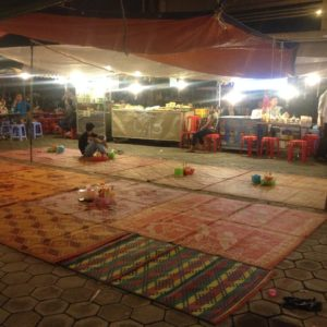 El mercado nocturno eran muchos puestecitos y un amplio espacio con alfombras para cenar