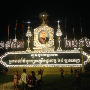 Al monumento del Rey no le faltan luces por la noche