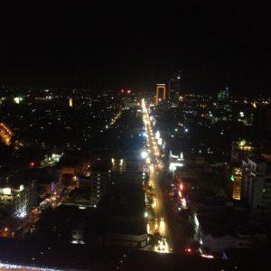 Fue una pena que no tuvieramos la cámara con nosotros para sacar mejores fotos de Phnom Penh de noche