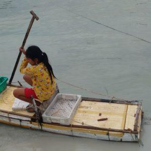 Nos hizo mucha gracia esta niña con su embarcación improvisada que jugaba en el agua frente al puerto