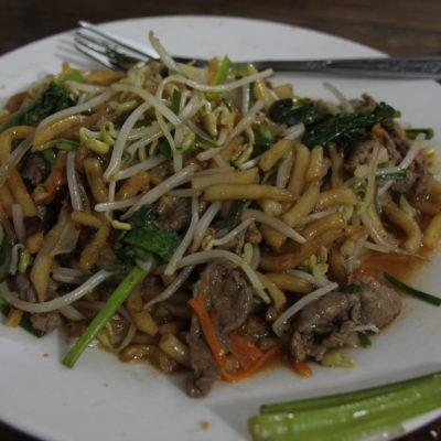 En Kampot probamos nuevas cosas, como estos noodles pequeños y gordos