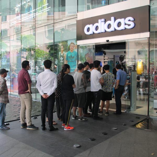 Alucinamos con esta tienda Adidas en el bajo de la torre donde la gente hacía cola para comprar unas zapatillas nuevas