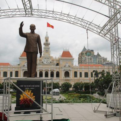 El ayuntamiento de la ciudad frente a la estatua de Ho Chi Minh