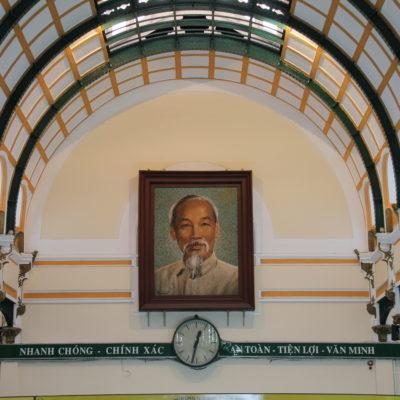 El interior de la oficina de correos, construido por Eiffel y presidido por el omnipresente Ho Chi Minh