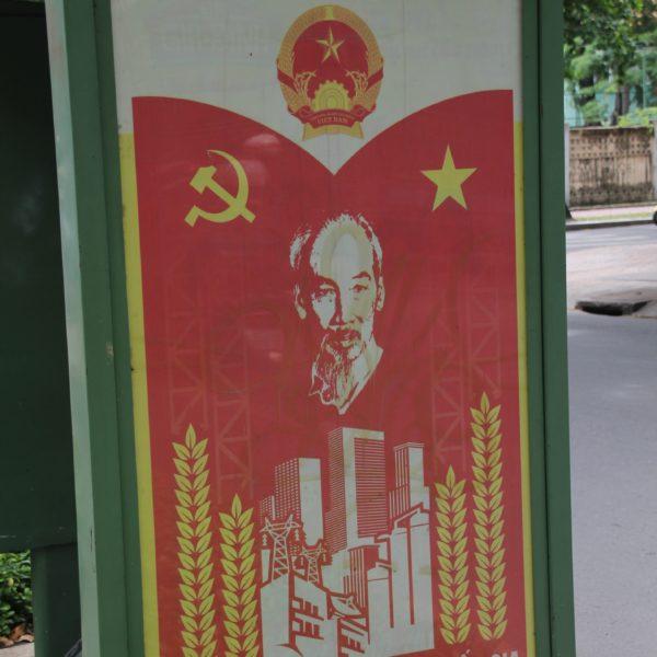 Algunos de los carteles comunistas que se muestran en la ciudad