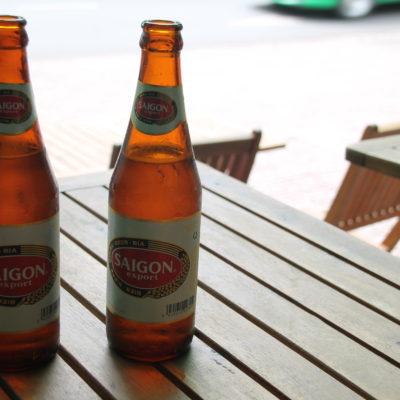 Cerveza Saigon mientras esperábamos a que abrieran el museo tras el descanso de mediodía
