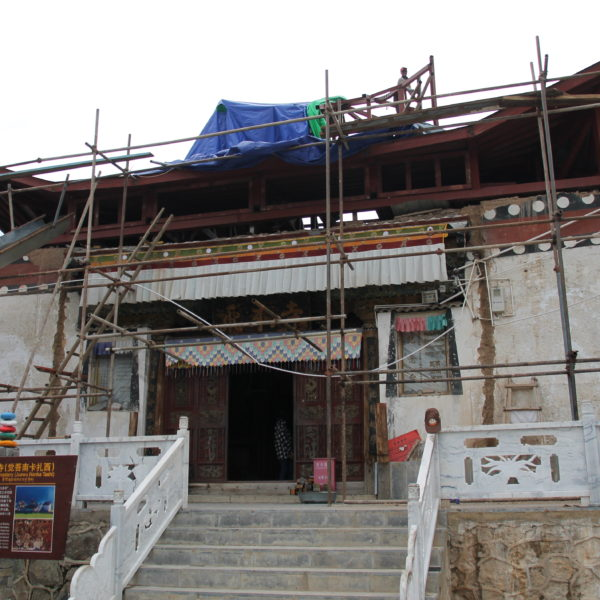 El templo de Feilai Si está siendo restaurado y está prácticamente en ruinas