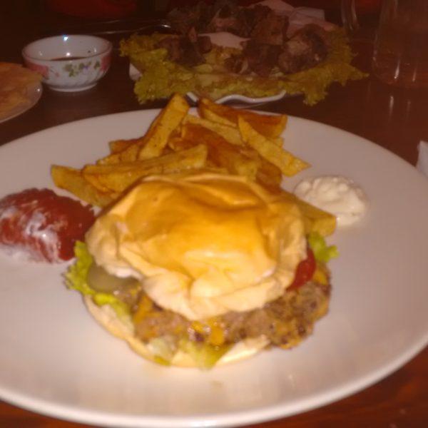 Aunque la foto es un desastre, esta hamburguesa de carne de yak estaba tan buena que merece aparecer en el blog