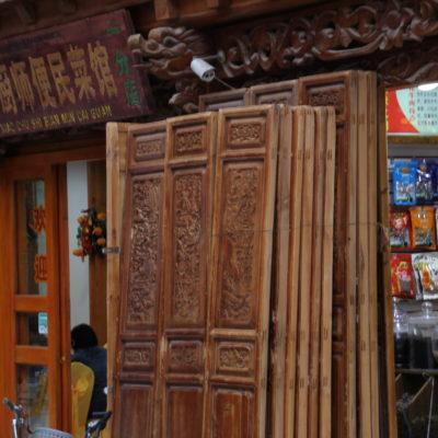 Parece que la restauración se está haciendo toda a la vez, ya que todos los locales tenían puertas amontonadas en sus entradas