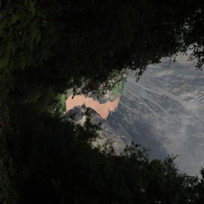 En el poco tiempo que pudimos disfrutar de vistas de camino a Yubeng lo que más nos gustó fue el río recorriendo el cañón