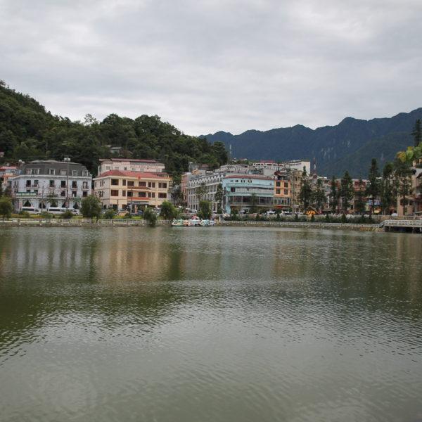 El tranquilo lago de Sapa rodeado de montañas