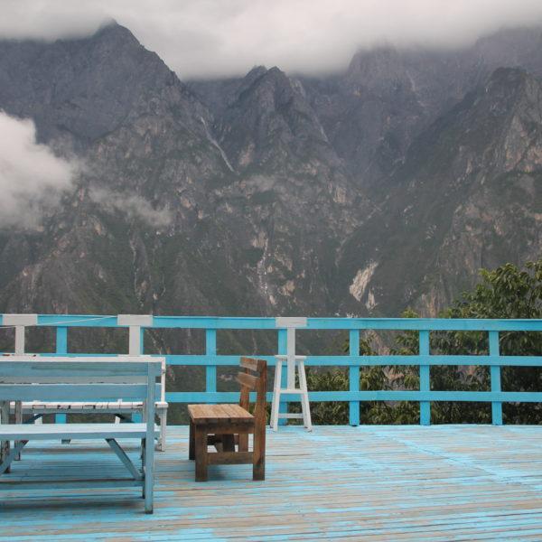 La terraza de nuestro hostal y sus vistasun tanto nubladas