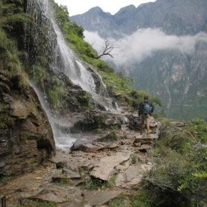Muchas veces se crean cascadas de agua que obstaculizan el paso