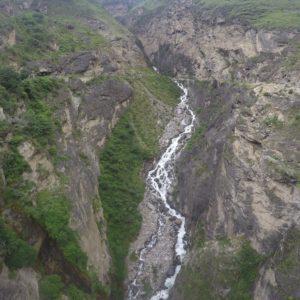 Otras cascadas bajan directas por los surcos de la montaña...