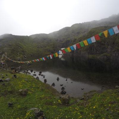 De todas maneras, como lago sagrado que es, no podían faltar las banderas de oración y piedras apiladas