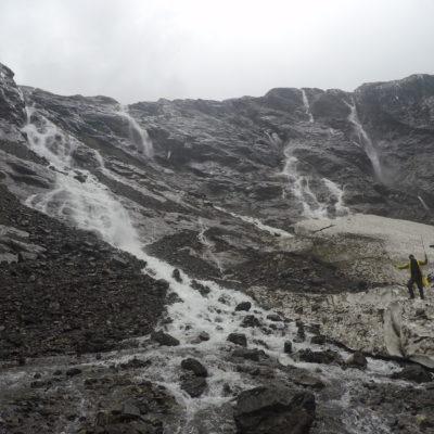 Nos acercamos a los restos de nieve por donde bajaba el agua de las cascadas