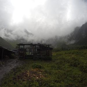 El campamento base está totalmente abandonado, aunque allí venden noodles y algo de comida