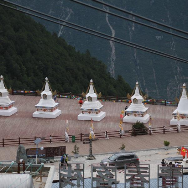 Desde estas stupas se obtienen bonitas vistas de la montaña cuando esta despejado