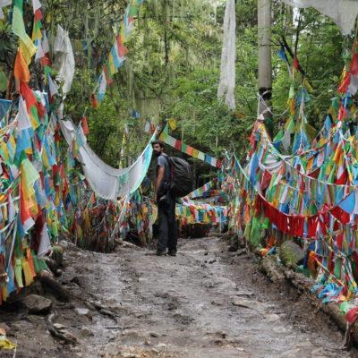 Al final del ascenso, un montón de banderas de oración te dan la bienvenida como si fuera la cinta de la meta en una carrera