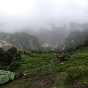 Antes de llegar a la zona de cascadas, hay un mirador desde donde en días de cielo azul se pueden ver los picos