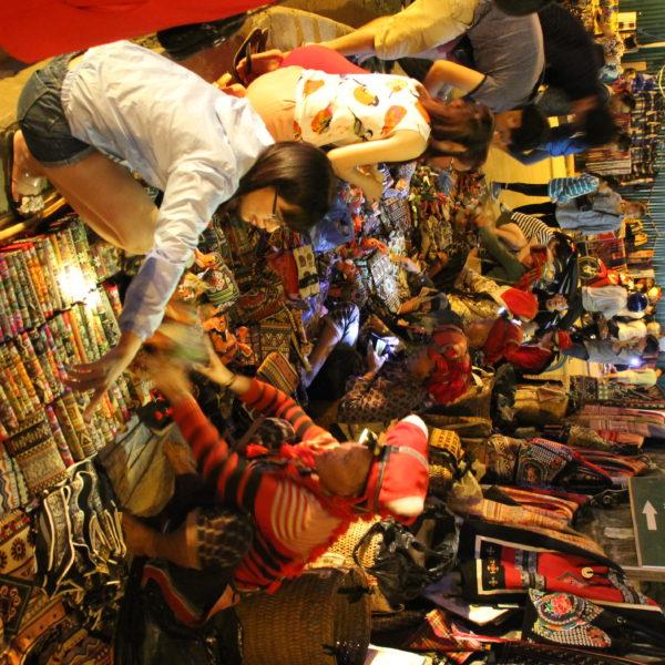 El mercadillo nocturno tiene de todo, pero lo más curioso de ver son las vendedoras