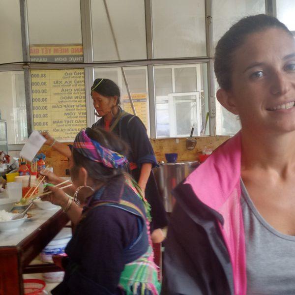 Comiendo en el mercado vimos a muchas mujeres de las tribus