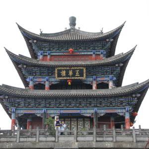 Este fue el templo más bonito que vimos, que se encuentra sobre un arco en la calle principal, pero no es una de las puertas