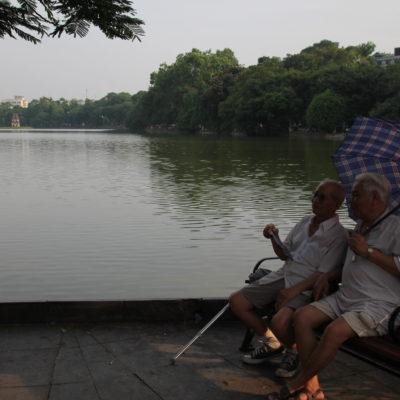 El lago Hoàn Kiém es un lugar tranquilo para pasear, pasar la tarde o hacer ejercicio