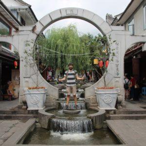 Pequeños canales de agua le dan vida a las calles principales