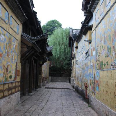 Aunque la mayoría de las calles son portones rojos y piedra, algunas están decoradas con murales