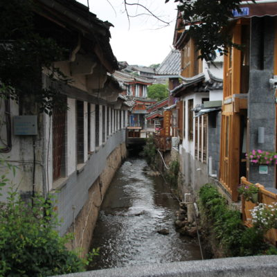 Los canales que corren entre sus calles le dan un toque harmonioso