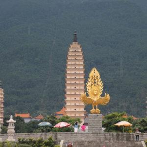 Frente a la entrada se encuentra la plaza del dragón dorado, que da algo más de perspectiva