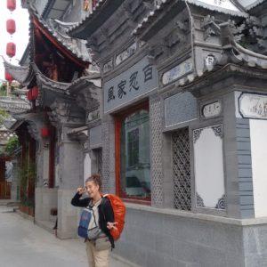Las calles de Dali nos sorprendieron nada más llegar, con mochila, el pie chungoy la sobada incluída
