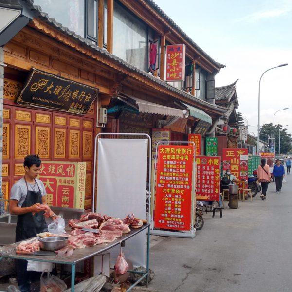 Por la mañana la calle estaba llena de puestos callejeros y mostradores que salían a la calle de los bares y restaurantes