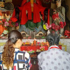 Al principio sólo vimos un par de mujeres rezando en voz alta