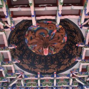 Los interiores del templo son coloridos y muy bonitos